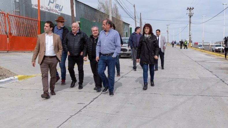 Autoridades municipales recorren la colectora donde se construyó la dársena.
