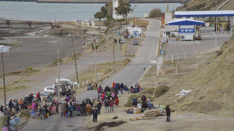 El bloqueo del acceso a la playa de tanques de YPF genera desabastecimiento de combustibles en la región.