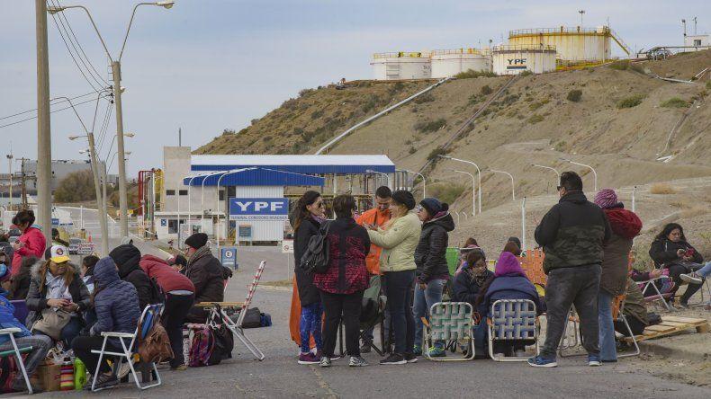 Los docentes evaluarán hoy si continúan con el bloqueo de la playa de tanques