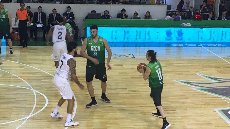 Carlos Manuel Buendía traslada el balón marcado por Nicolás Aguirre