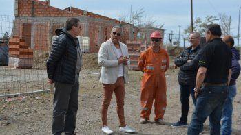 Acompañado por integrantes de su equipo de gestión, Jorge Soloaga visitó el predio donde se construyen cuatro viviendas.