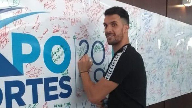 El nadador Federico Grabich firmando el muro de Comodoro Deportes.