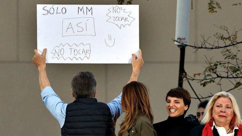 A Macri le tuvieron que enseñar a exhibir el cartel
