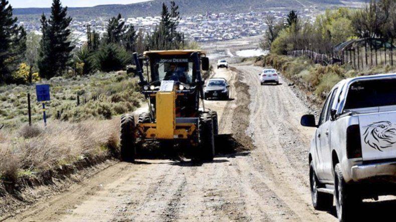Una de las calles que está siendo reparada es la que corre paralela a la traza de oleoducto.