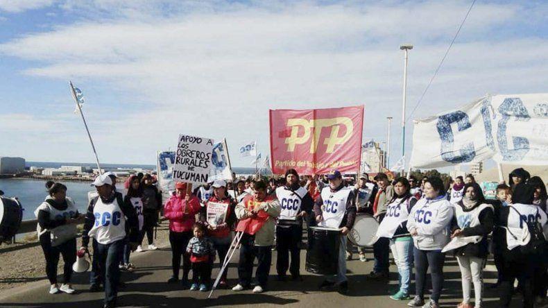Organizaciones sociales y políticas se movilizaron por el Centro para repudiar un acto de represión en Tucumán y pedir más trabajo en Chubut.