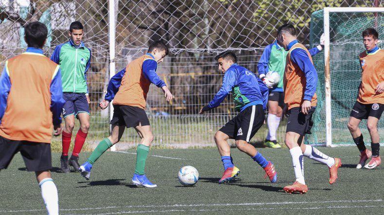 Los jugadores de la selección chubutense de fútbol durante un entrenamiento.
