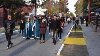 Al finalizar el acto, el jefe comunal, miembros de su equipo de gobierno y vecinos realizaron una caminata por la calle que fue sometida a tareas de remediación urbana.