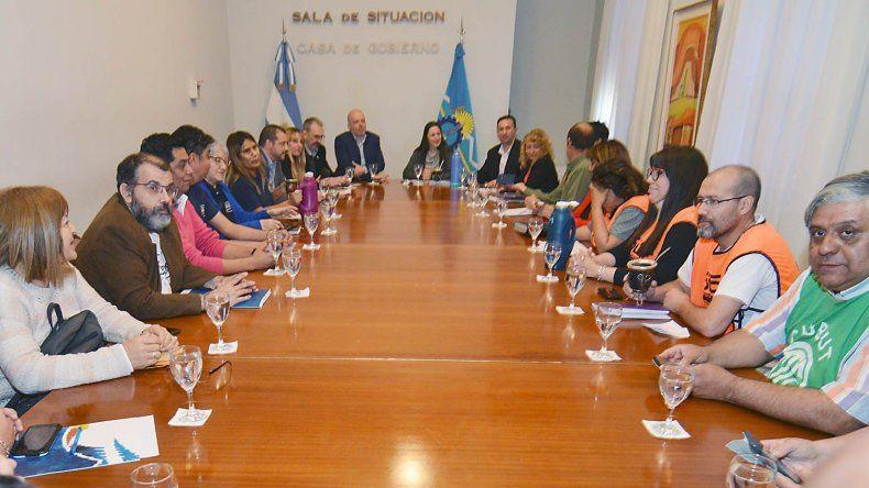 Los ministros Pizzi y Vega encabezaron la reunión con representantes de los gremios de la Salud.