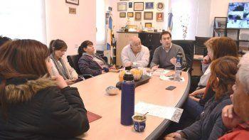 El viceintendente Juan Pablo Luque y el secretario de Gobierno, Ricardo Gaitán, se reunieron con la comisión de padres autoconvocados para encontrar una solución al conflicto docente.