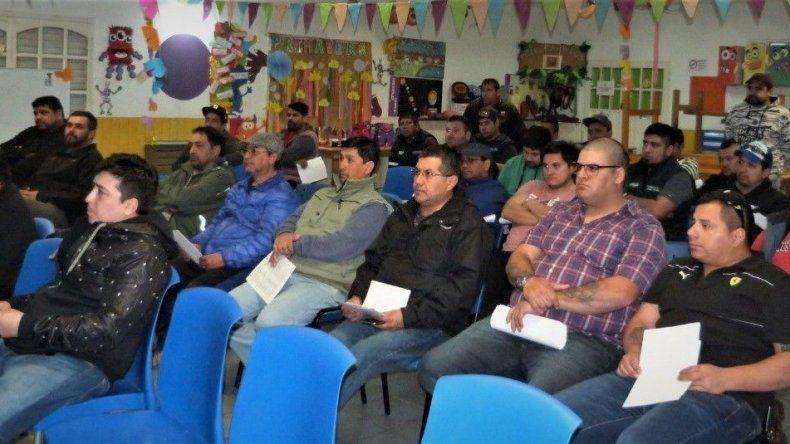 Parte de los integrantes del cuerpo de delegados del gremio petrolero que fueron convocados el jueves a una reunión con el secretario general Claudio Vidal.