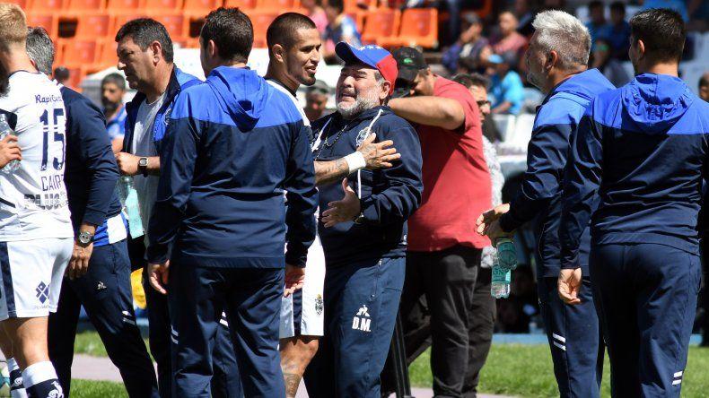 Diego Maradona festeja con Víctor Ayala ayer en el triunfo de Gimnasia ante Godoy Cruz.
