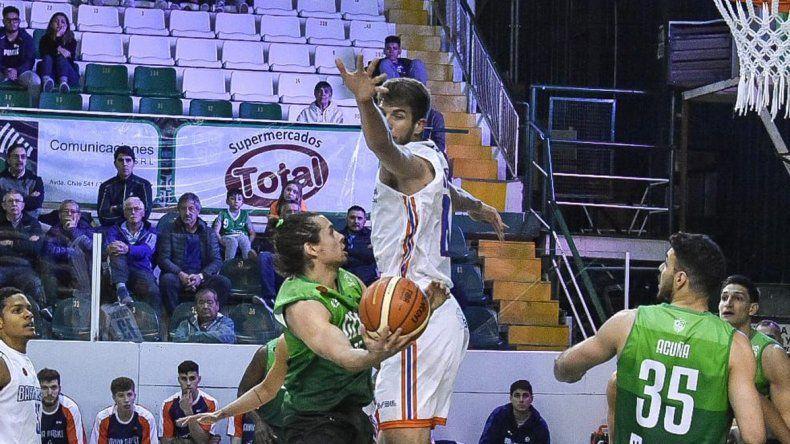 Carlos Manuel Buendía intenta un lanzamiento ante la marca de Pedro Ianguas.