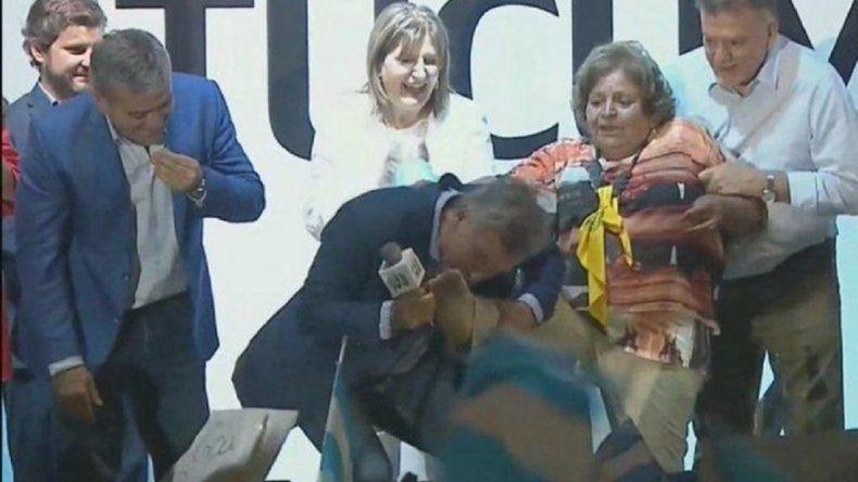 Dame la pata: Macri le besó el pie a una mujer de 72 años en Tucumán
