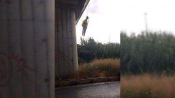 colgaron de un puente un muneco de la joven ambientalista greta thunberg