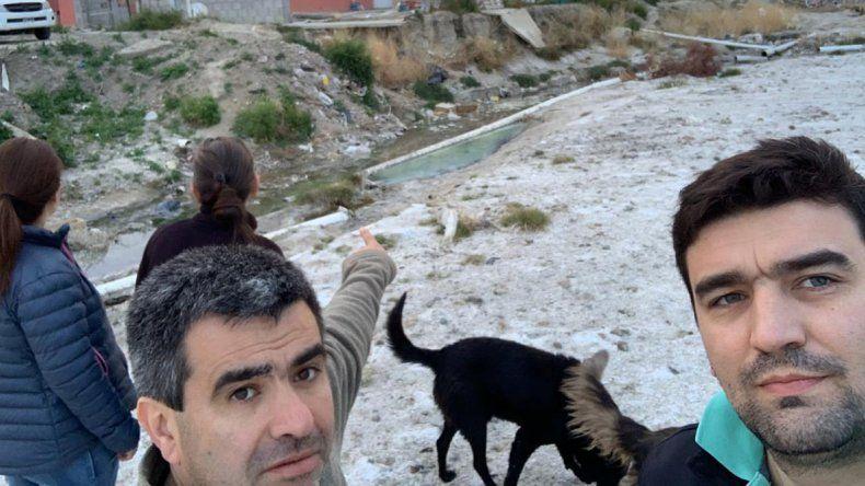 Horacio Conte Grand y Tomás Buffa durante una recorrida por barrios de Comodoro.