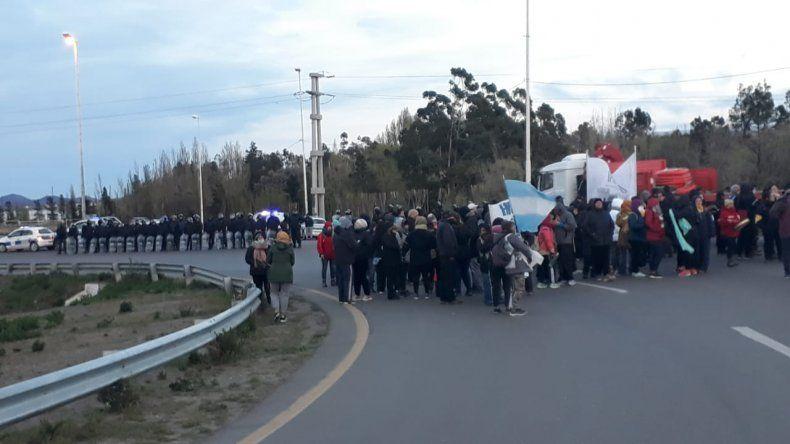 Docentes volvieron a 3 y 26 pero policías impiden que corten la ruta