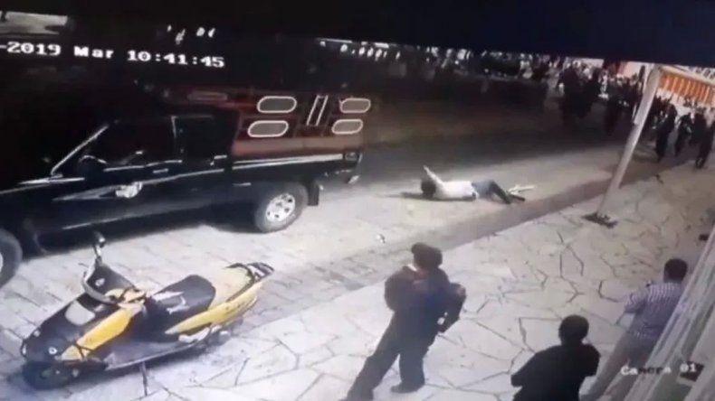 Lo secuestran, atan a una camioneta y arrastran por no cumplir las promesas de campaña