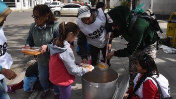 El Polo Obrero instaló ayer una olla popular frente al municipio en el marco de una nueva jornada nacional de lucha contra el hambre.