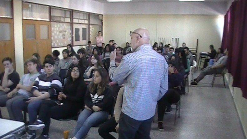 Integrantes del SAVD dictaron un taller en la Escuela 751 de Trelew