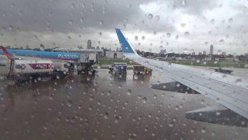 cancelaciones y demoras en aeroparque y ezeiza por tormentas sobre buenos aires