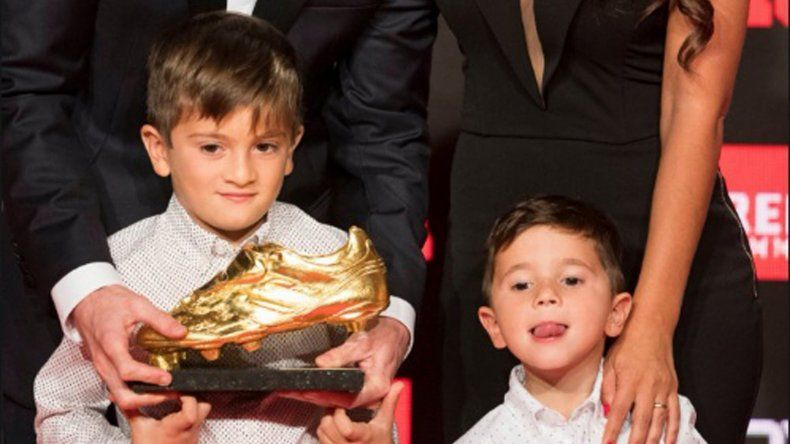 Thiago y Mateo le entregaron a Lionel Messi su sexta Bota de Oro
