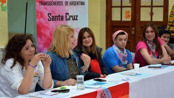 Funcionarias provinciales acompañaron en la mesa de cabecera a referentes del colectivo LTBG en el encuentro que tuvo lugar en Río Gallegos.