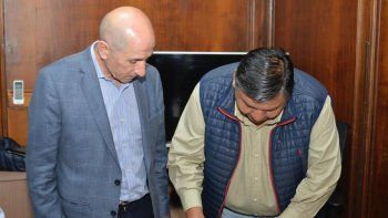 Jorge Avila durante la firma del acta, junto a su par de Petroleros Jerárquicos, José Llugdar.