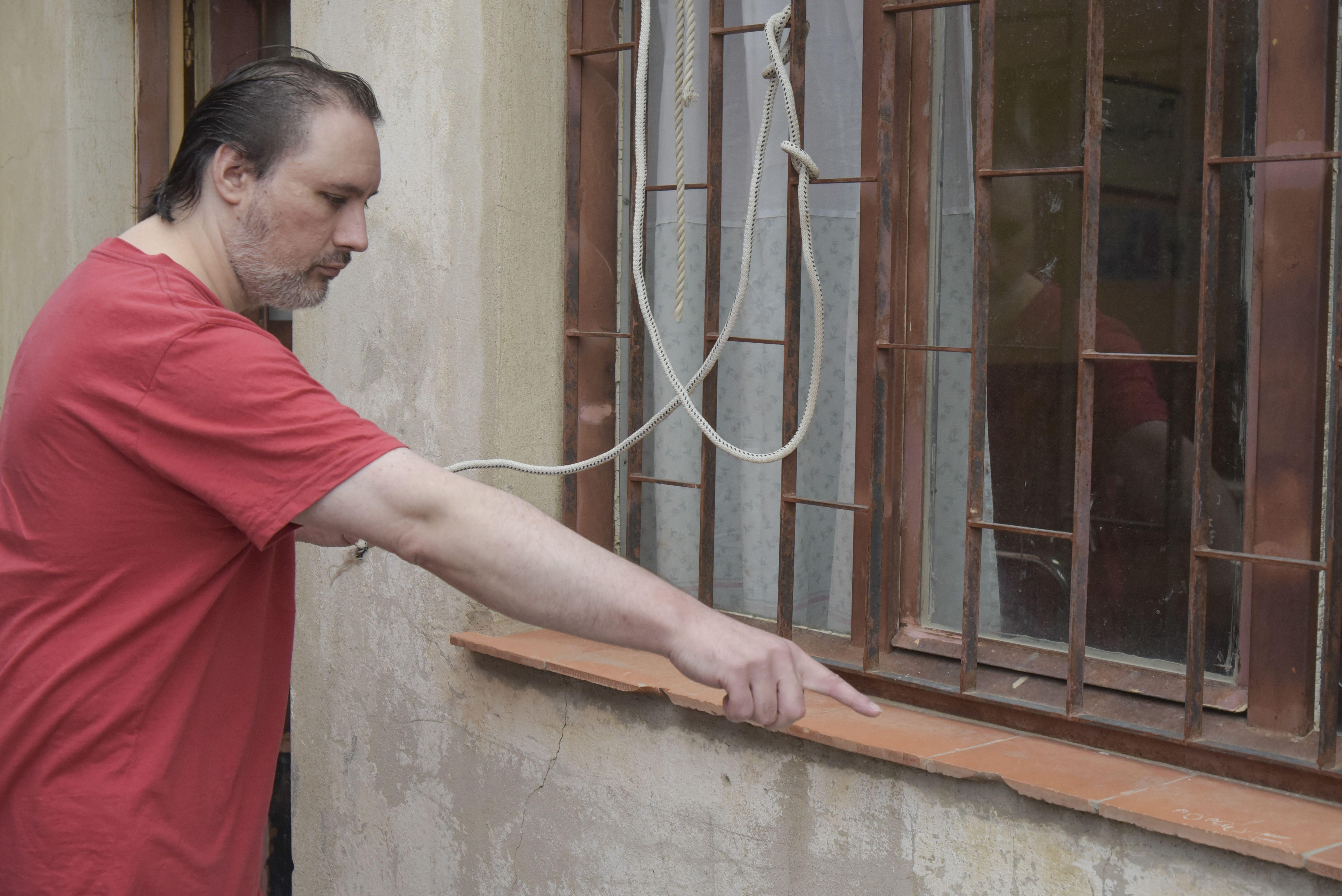Marioni señala los daños en el ventanal del viejo comercio familiar. Denuncia hostigamientos y agresiones por parte de su cuñado. Dice que la Policía no le tomó la denuncia y hoy irá a la Fiscalía.