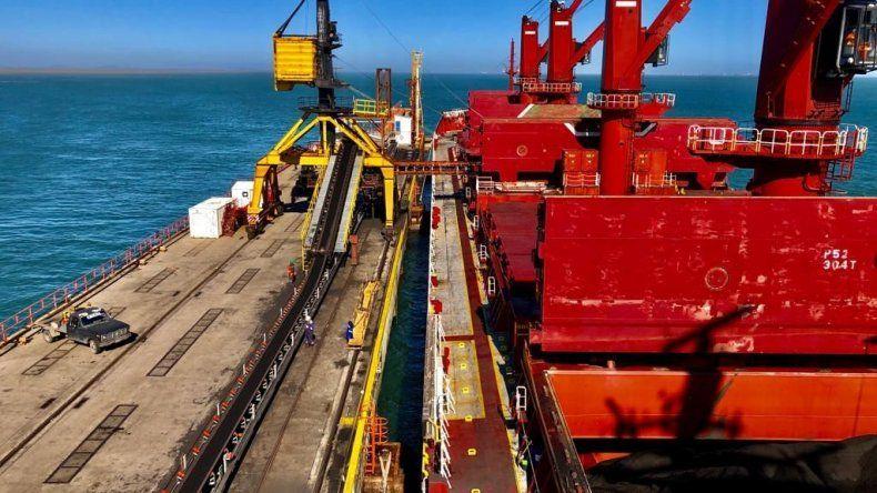 La operación de carga de las 25 mil toneladas de carbón con destino a Brasil se hizo en el puerto de Punta Loyola.