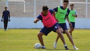 Sebastián Benites y Luciano Contreras disputan la pelota en la práctica de ayer por la tarde en el estadio de Kilómetro 3.