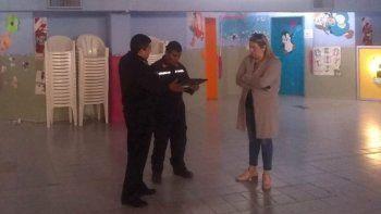 Personal de la Unidad Undécima de Bomberos de Las Heras dialoga con la directora de una de las escuelas que previamente había sido evacuada a causa del sismo.