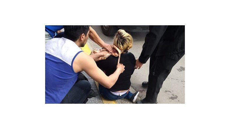La secuencia de la pelea quedó registrada en una de las cámaras de seguridad del local comercial frente al que se enfrentaron las mujeres.