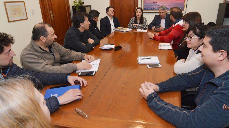Los gremios docentes y el Gobierno provincial se reunieron ayer para tratar que se retomen las actividades en las escuelas.