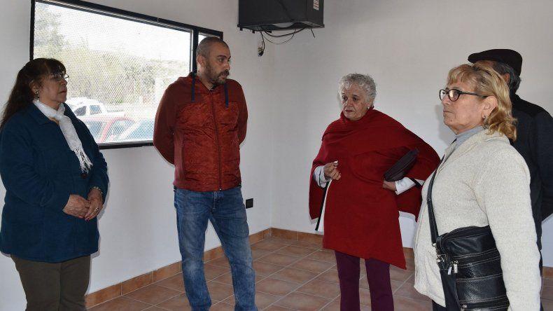 El intendente Facundo Prades mantuvo un ameno diálogo con integrantes de la comisión directiva del Centro de Jubilados de YPF en la sede que fue remodelada.