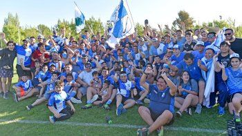 Los jugadores de Chenque RC y todo el cuerpo técnico festejan con su gente la conquista del torneo Austral de rugby.