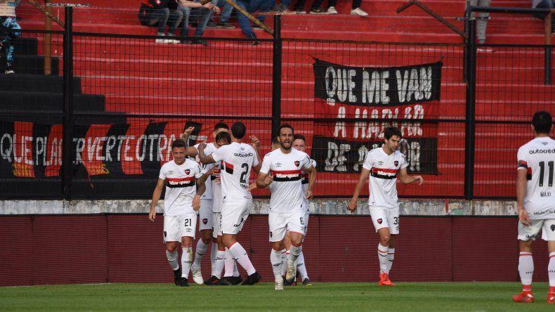 Los hombres de Newells festejan uno de los goles que ayer le anotaron a Patronato.