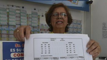 Un encargada de la agencia La Racha muestra la planilla donde figuran los números ganadores del sorteo del Telekino jugado el domingo.