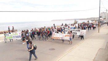 Unos doscientos estudiantes marcharon desde el centro hasta Kilómetro 3