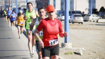 Los atletas se preparan para salir a correr con un fin solidario.