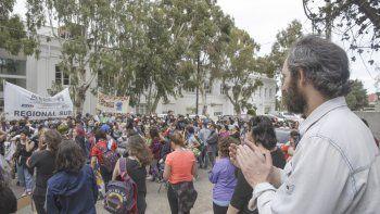 Tras el desalojo de las escuelas se realizó un festival artístico frente a la sede de Supervisión, cuyo edificio continúa ocupado.