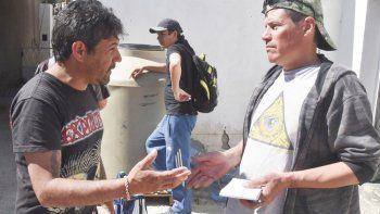 Dos de los indigentes discuten acerca de qué harán para revertir lo que parece ser el inminente cierre de la casona en la que podían pasar las noches y también recibir alimentos.