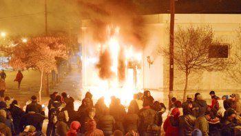 La manifestación en la Casa de Gobierno, en Rawson, que culminó con un incendio.