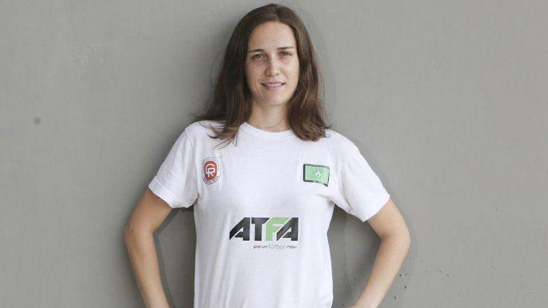Juliana Rodríguez es la primera mujer en dirigir una Escuela de Directores Técnicos en Argentina y brinda disertaciones sobre fútbol en todo el país.
