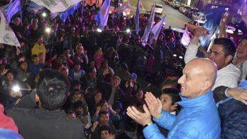 Fernando Cotillo celebró su triunfo junto a cientos de adherentes en la plazoleta del Gorosito. Volverá a ser intendente de Caleta Olivia por tercera vez.