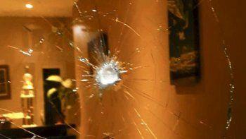 La piedra lanzada por un desconocido astilló un grueso ventanal de la FM Frecuencia Patagonia.