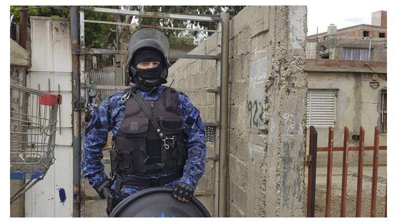 La Brigada de Investigaciones allanó la vivienda de Calafate al 900 en donde identificó a Bruno Conejo Levicoy.