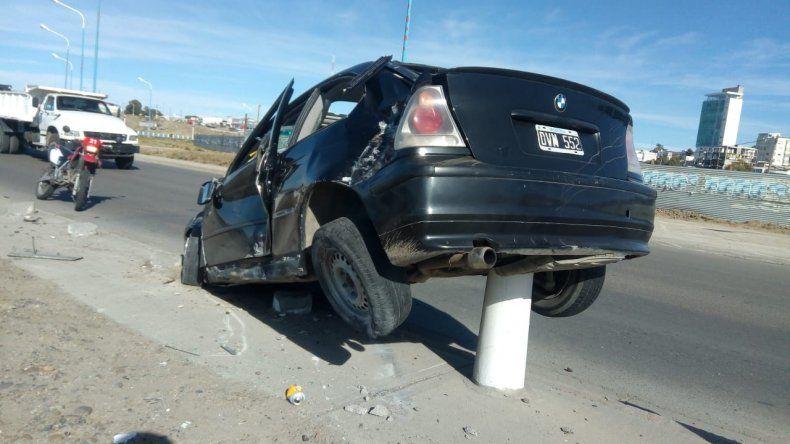 Abandonó su BMW tras arrasar varios mojones del camino costero