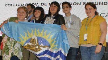 Parte de los estudiantes y docentes de Santa Cruz que recibieron distinciones en la Feria Nacional de Innovación que tuvo lugar en Tecnópolis.