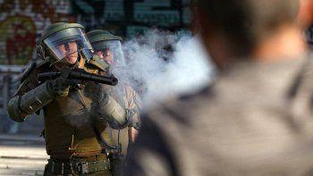 Carabinero chileno usó de escudo un adolescente de 13 años