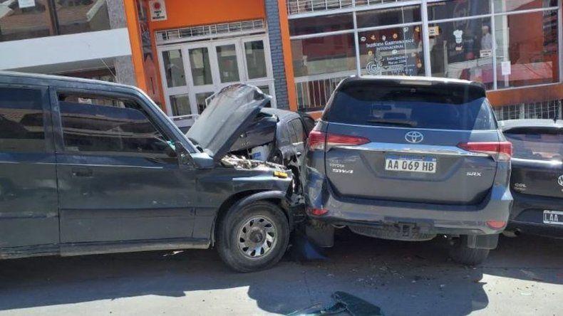 Se quedó sin frenos en una pendiente y chocó a tres autos